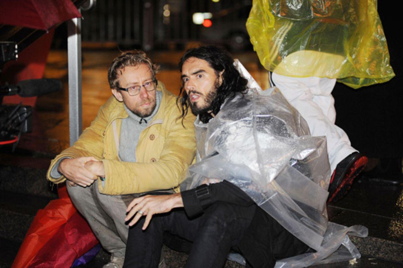 """19. Oktober 2011: Russell Brand stattet den """"Occupy Wall Street""""-Demonstranten in Manhattan im Regen einen Besuch ab."""