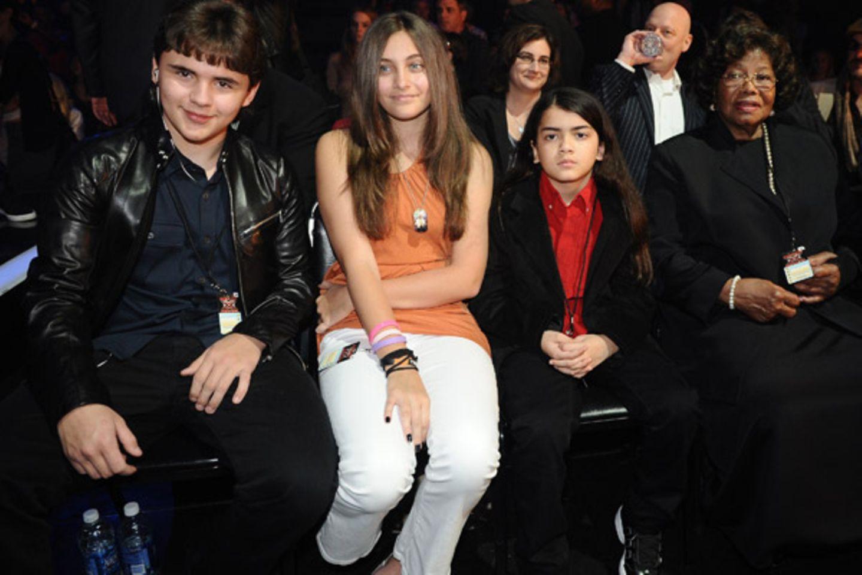 """30. November 2011: Die Kinder des King of Pop, Paris, Prince und Blanket Jackson, sind bei der """"The X Factor Live Show"""" in Holly"""