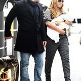 22. September 2011: Mel B kommt mit Ehemann Stephen Belafonte und Baby Madison am Flughafen in Perth an.