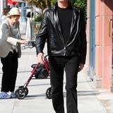 15. November 2011: Der leicht ergraute Ex-Bond-Darsteller Pirerce Brosnan begeistert in Beverly Hills eine rüstige Rentnerin.