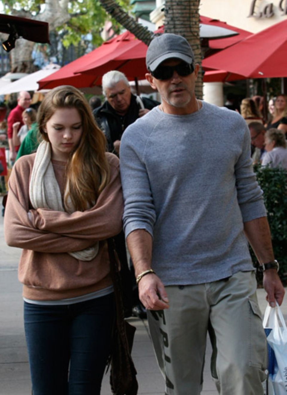1. Dezember 2011: Antonio Banderas geht mit seiner Tochter Stella durch West Hollywood.