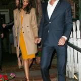 17. November 2011: Schauspielerin Zoe Saldana verlässt Händchen haltend mit einem Unbekannten ein Restaurant in Beverly Hills.
