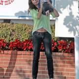 30. November 2011: Minnie Driver hat mit dem Baby einer Freundin alle Hände voll zu tun, als sie in West Hollywood unterwegs ist