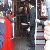 13. November 2011: Justin Bieber fährt in London ganz stilecht in einem roten Doppeldeckerbus.