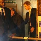 """15. Dezember 2011: Durch den Hinterausgang verlässt Prinz Harry den Londoner """"The Dover Street Arts Club""""."""