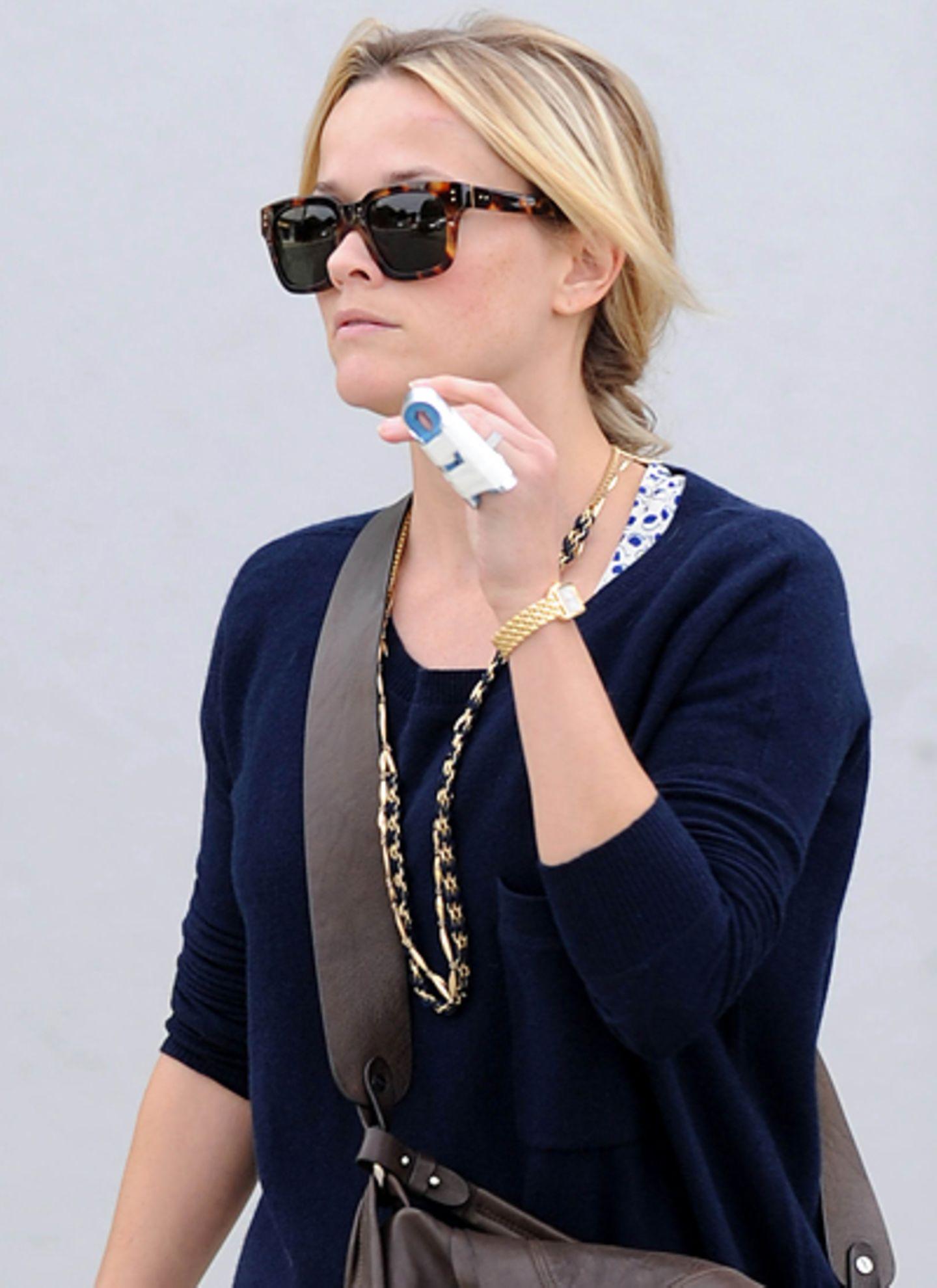 28. November 2011: Pechvogel Reese Witherspoon ist in Brentwood mit einem verletzten Finger zu sehen.