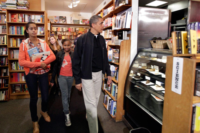 26. November 2011: US-Präsident Barack Obama stöbert mit seinen Töchtern Malia und Sasha in einem Buchladen in Washington.