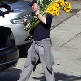 6. Februar 2011: Wer sich da wohl bald über Blumen freuen darf? Daniel Craig trägt einen riesigen Blumenstrauß auf seiner Schult