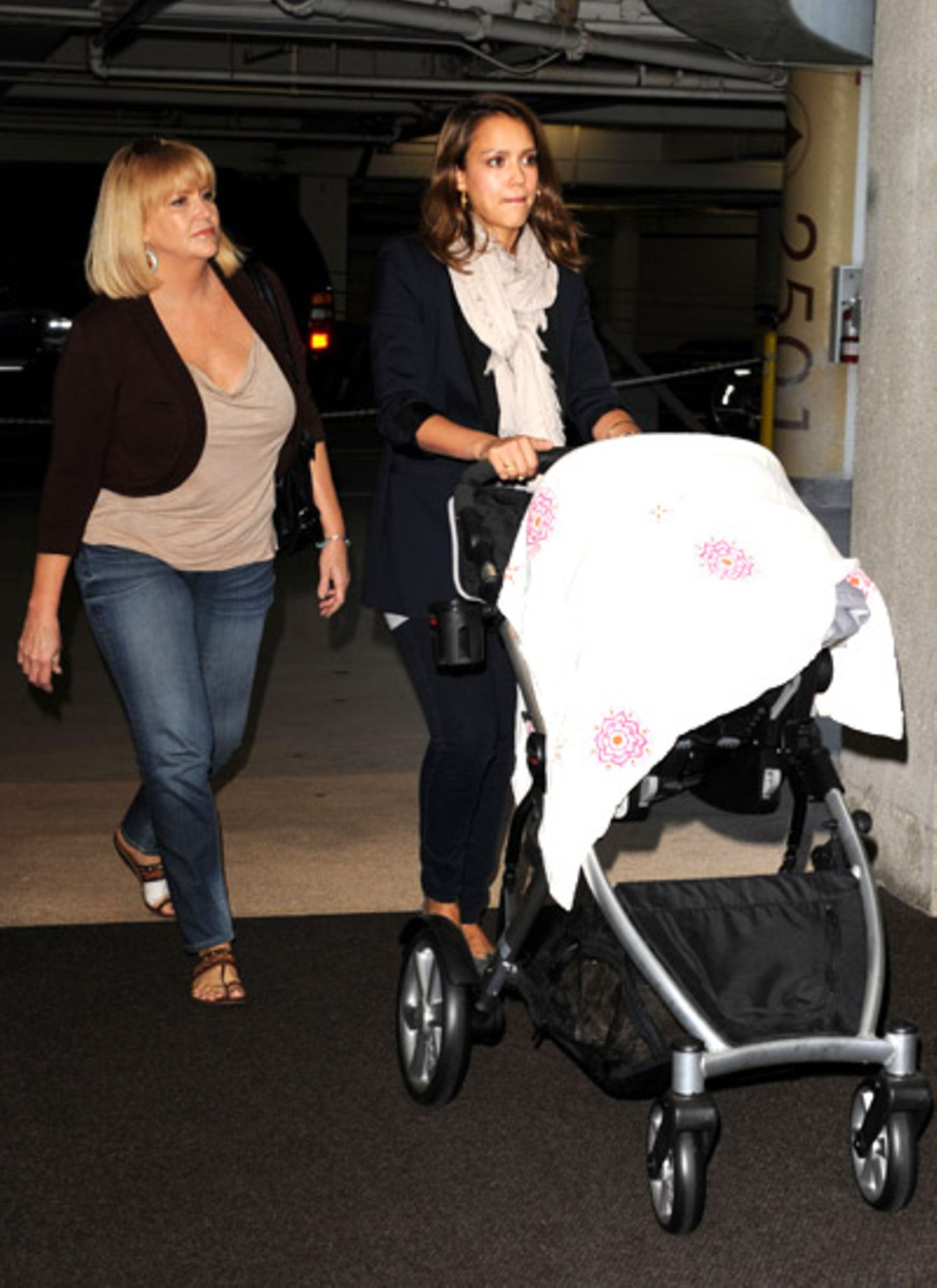 6. Oktober 2011: Gemeinsam mit ihrer Mutter und Tochter Haven geht Jessica Alba in Santa Monica Mittag essen.