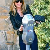 """8. November 2011: Ellen Pompeo schmeißt ein bisschen Kleingeld in ihre Parkuhr, bevor sie zum """"McCall's Market"""" in Los Angeles g"""