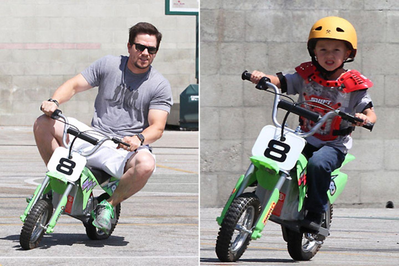 5. September 2011: Mark Wahlberg fährt mit seinem Sohn auf einem Kindercrossmotorrad durch Hollywood.