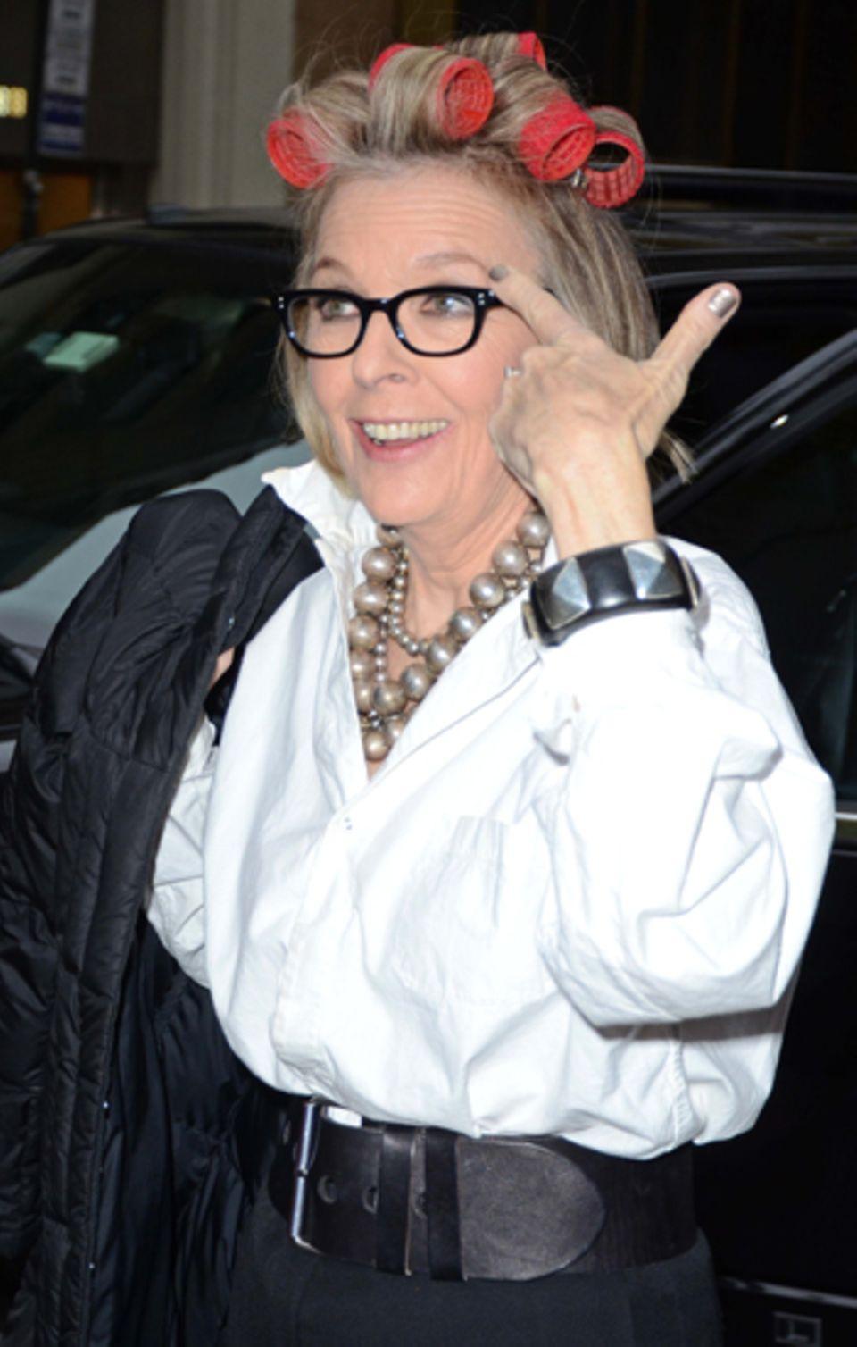 """14. November 2011: Mit Lockenwicklern im Haar spurtet Diane Keaton zur """"Today Show"""" in New York. Zeit für ein paar Scherze mit d"""