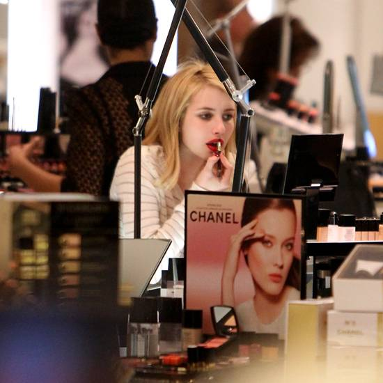 29. Dezember 2011: Bei ihrer Shoppingtour in Beverly Hills testet Emma Roberts einige Lippenstifte.