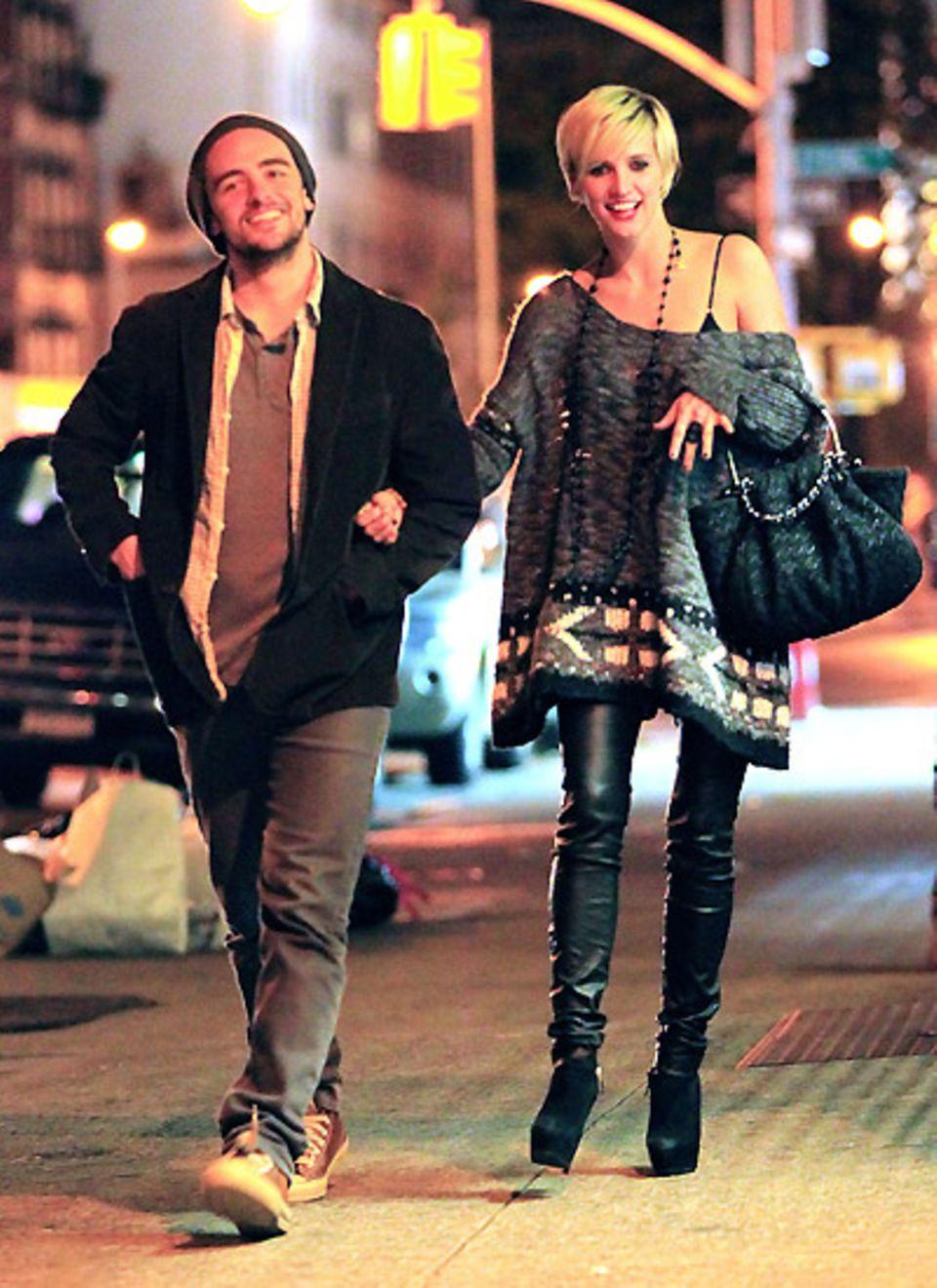 25. Oktober 2011: Ashlee Simpson und Vincent Piazza genießen einen Abendspaziergang in den Straßen von New York.