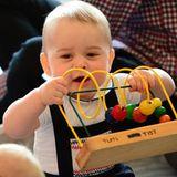 """Tag 3  Nachdem sich Prinz William, Herzogin Catherine und Prinz George einen Tag lang Auszeit gegönnt haben, steht das erste offizielle Engagement des Kleinen auf dem Plan. Der acht Monate alte Prinz darf sich mit Gleichaltrigen in einer Spielgruppe der """"Royal New Zealand Plunket Society"""" vergnügen."""