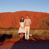 Prinz William und Herzogin Catherine stellen sich für die Fotografen vor den Uluru.