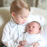Juni 2015  Endlich gibt es ein neues Bild von Prinzessin Charlotte! Via Twitter bedankt sich das Herzogspaar von Cambridge für die Glückwünsche und Geschenke zur Geburt ihrer Tochter und veröffentlicht das lang ersehnte Bild, dass die kleine Prinzessin mit ihrem großen Bruder George zeigt.  Aufgenommen hat das Bild Herzogin Catherine Mitte Mai.