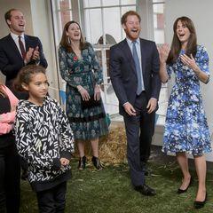 """26. Oktober 2015  Prinz William, Herzogin Catherine und Prinz Harry haben einen Riesenspaß bei ihrem Besuch im Charities Forum der """"British Academy of Film and Television Arts (BAFTA)"""" in London."""
