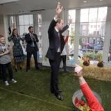 26. Oktober 2015  Auch Prinz William gibt sich Mühe beim Werfen und jubelt.