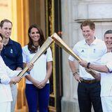 Vor dem Buckingham Palast erreicht das olympische Feuer auch Prinz William, Herzogin Catherine und Prinz Harry.