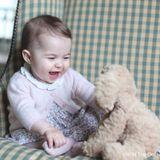 November 2015  Neue Fotos von Prinzessin Charlotte! Mama Herzogin Catherine hat mal wieder zur Kamera gegriffen und diesen süßen Schnappschuss von ihrer Tochter gemacht.