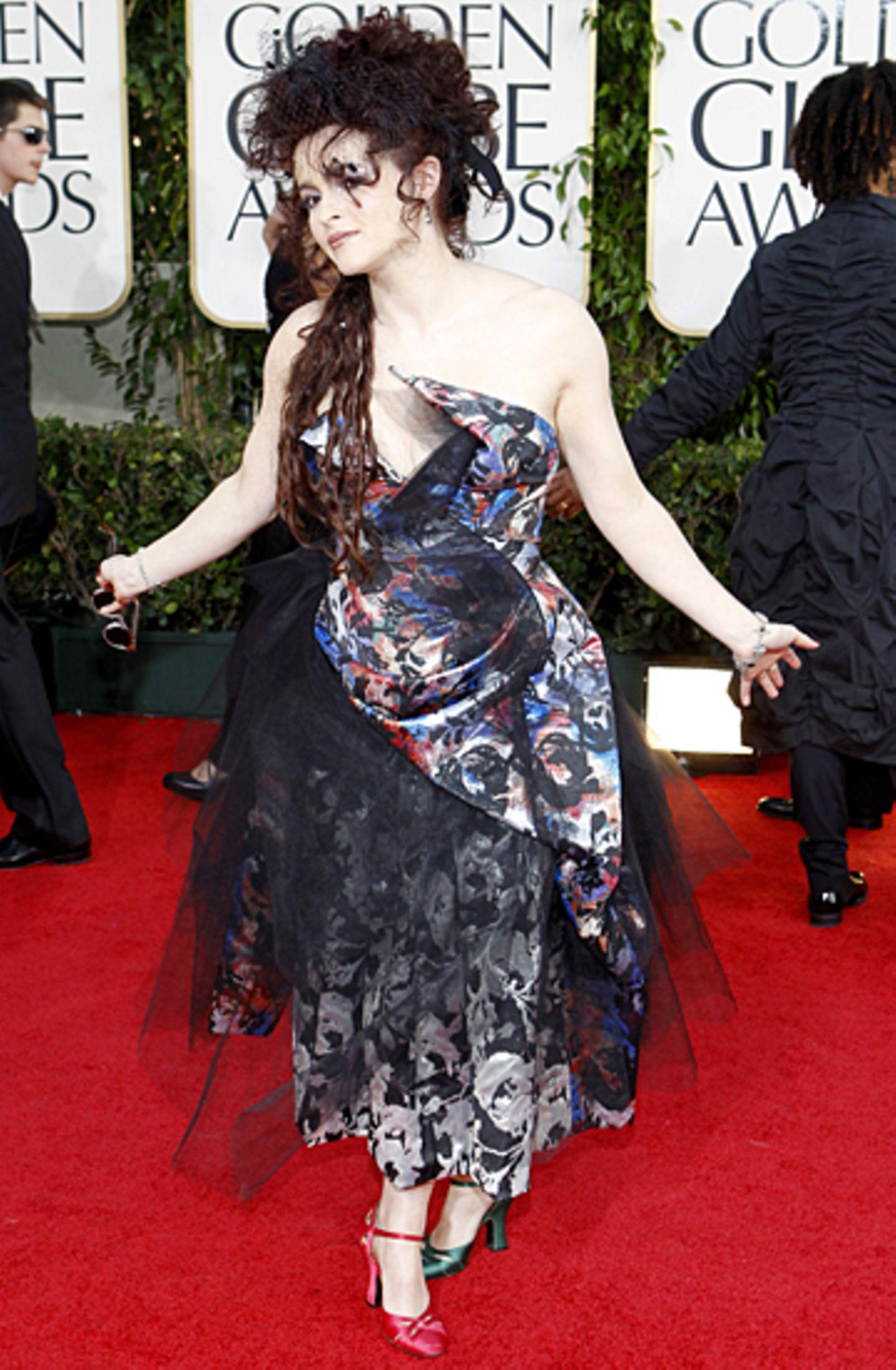 Helena Bonham-Carter zeigt auf dem roten Teppich mal wieder ihre Vorliebe für ausgefallene Abendgarderobe