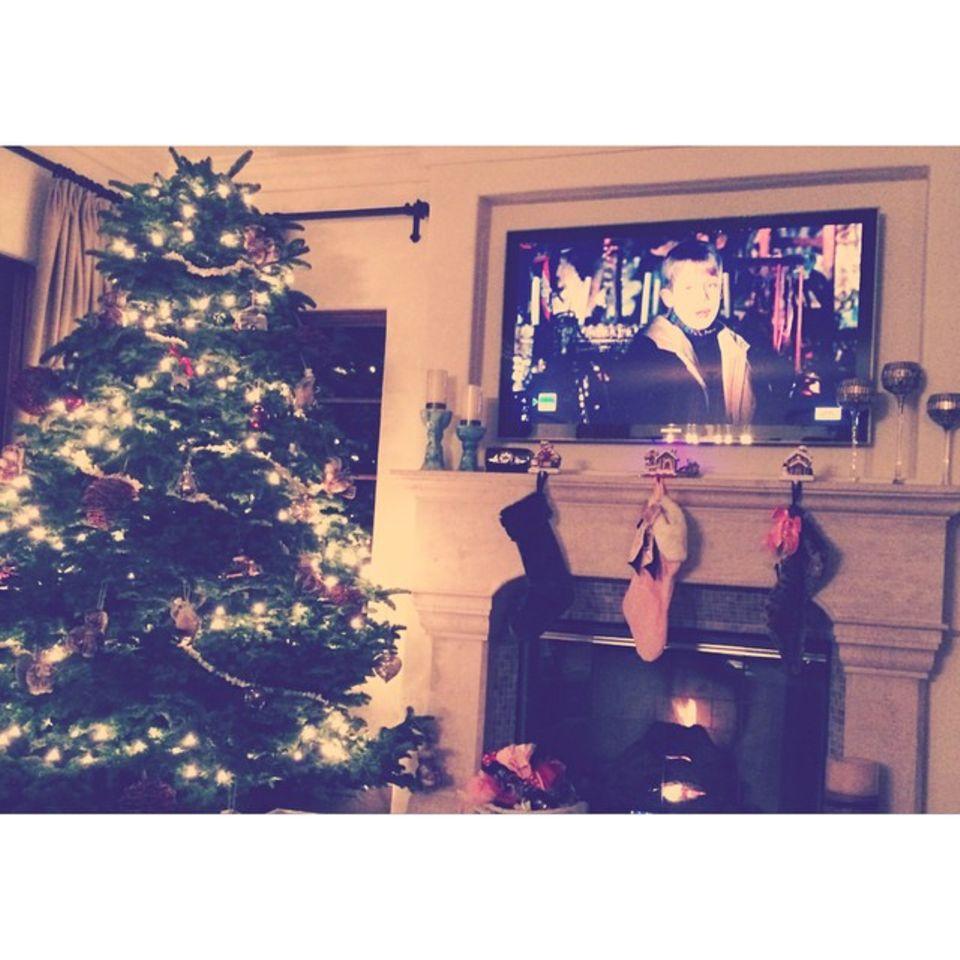 """Ashley Tisdale stimmt sich Zuhause auf Weihnachten ein, natürlich darf da der Filmklassiker """"Kevin allein Zuhaus"""" nicht feheln."""