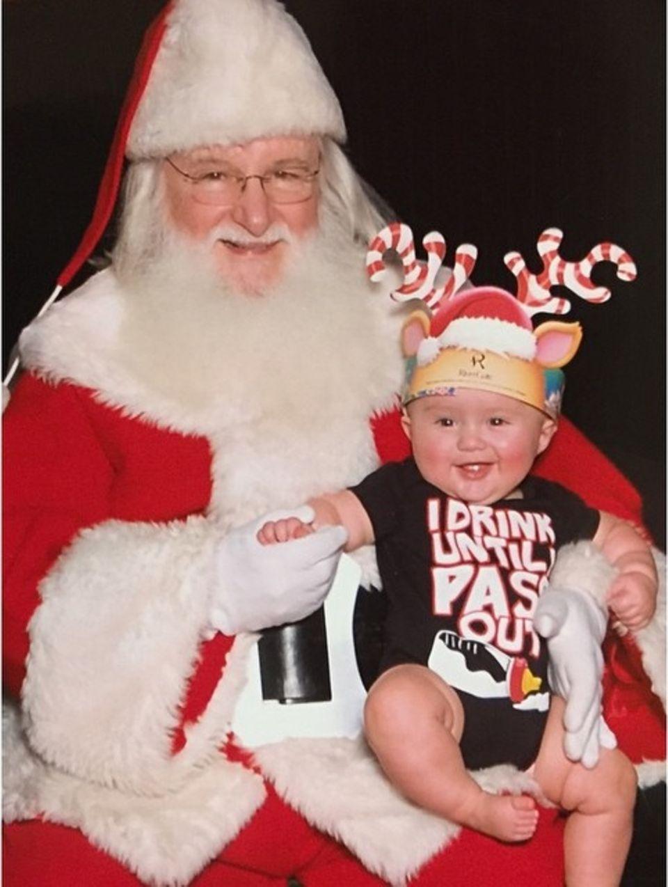 Töchtercher River Rose trifft das erste Mal in ihrem Leben auf den Weihnachtsmann und Mama Kelly Clarkson teilt dieses Foto ganz stolz auf Instagram.