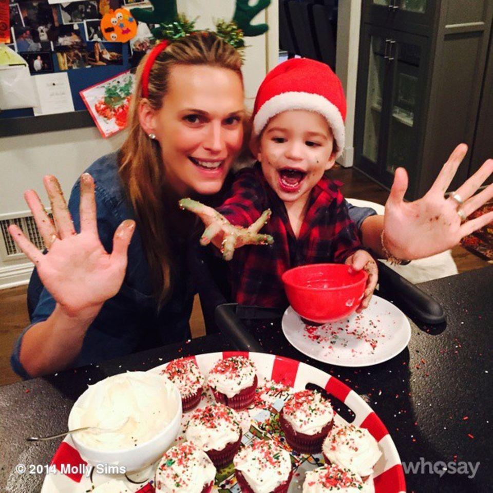 Molly Sims backt mit ihrem Sohn Muffins für Weihnachten, die beiden haben sichtlich Spaß dabei.