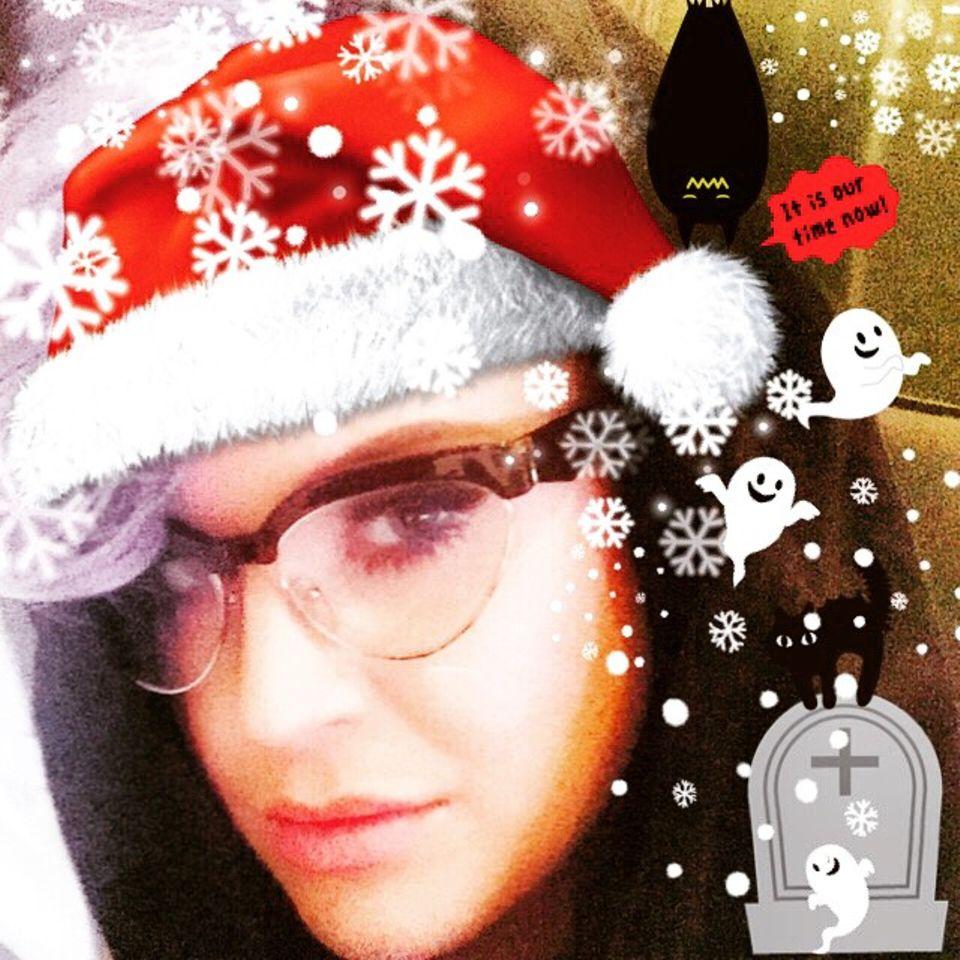 Kelly Osbourne grüßt ihre Fans in ihrem ganz persönlichen Weihnachtsstil.