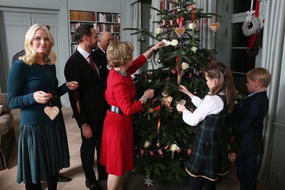 Auch in Norwegen bei den Royals schon die Zeit gekommen, in der der Baum geschmückt wird: Königin Sonja, Prinzessin Mette-Marit, Prinz Sverre, Prinzessin Ingrid Alexandra und Familie lassen die Fotografen zugucken.