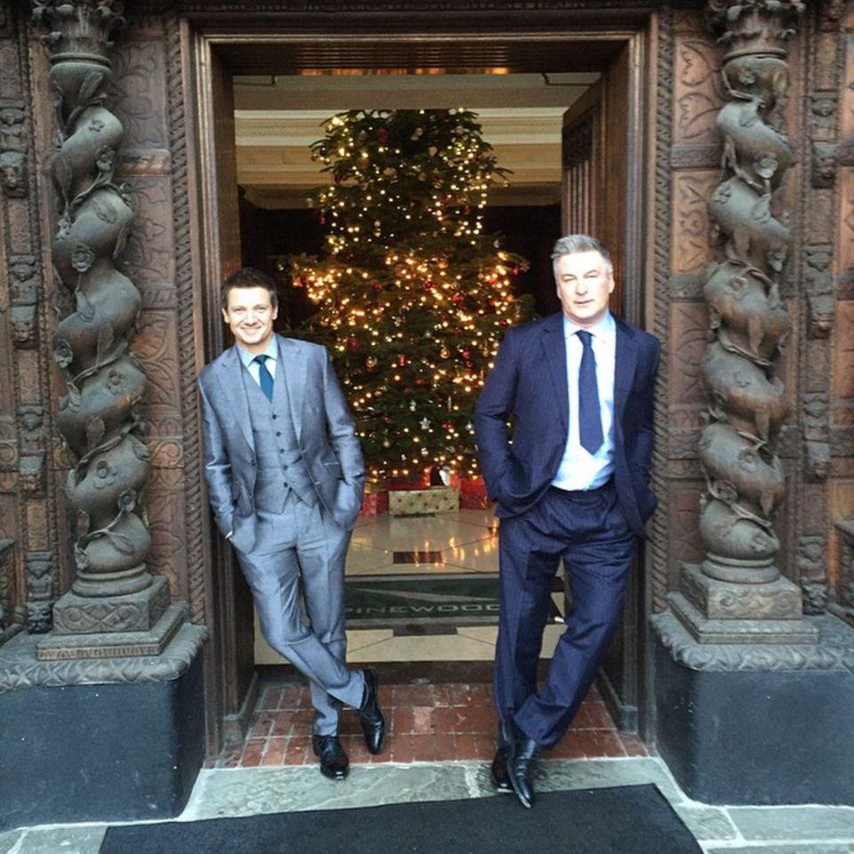 Jeremy Renner und Alec Baldwin grüßen ihre Fans mit diesem weihnachtlichem Foto und wünschen ihnen ein frohes Fest.