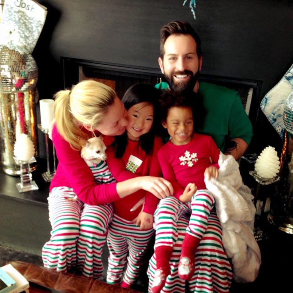 """Katherine Heigl wünscht """"Frohe Weihnachten"""" mit ihrer ganzen Familie. Sie führt die Tradition der Partnerlook-Pyjamas auch in diesem Jahr weiter."""