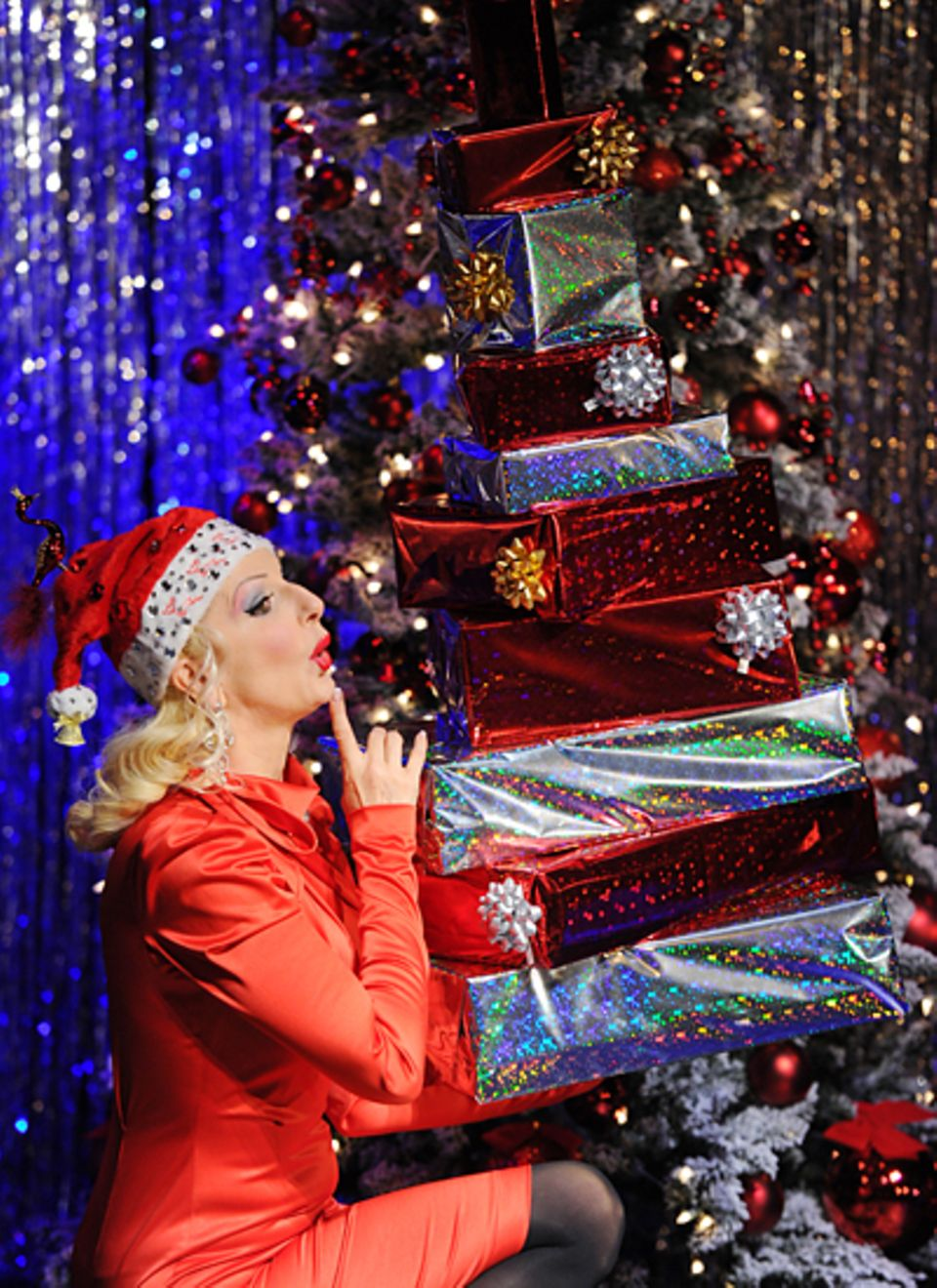 """Im weihnachtlichen Outfit und mit einer Menge Geschenke im Arm macht Entertainerin Desiree Nick Werbung für ihre neue Show """"Stan"""