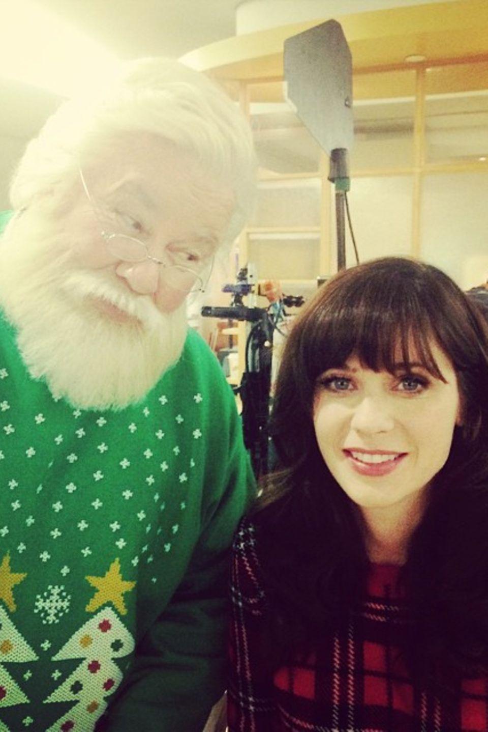 """Lieber guter Weihnachtsmann, schau mich nicht so böse an. Hinter den Kulissen der Serie """"New Girl"""" machte Zooey Deschanel ein Foto mit Santa."""