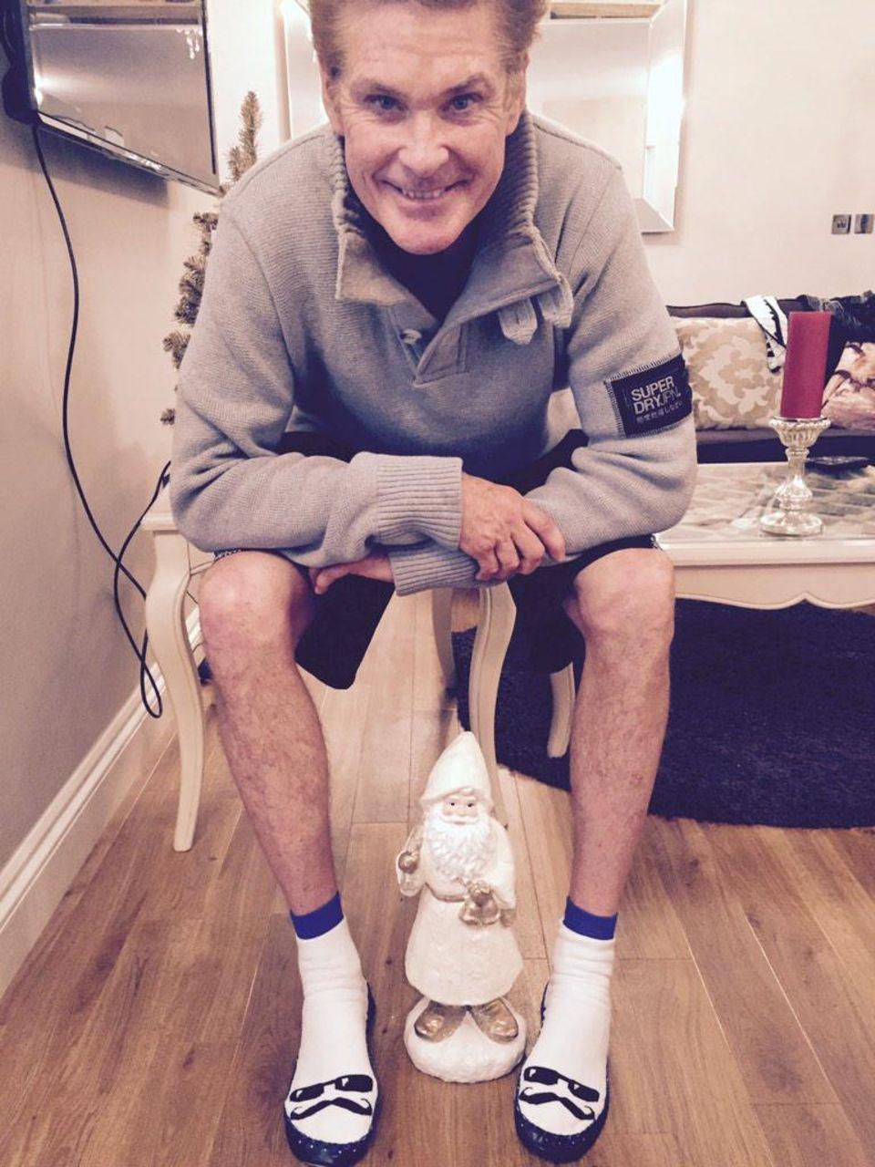 David Hasselhoff freut sich über die Socken die er zu Weihnachten bekommt.
