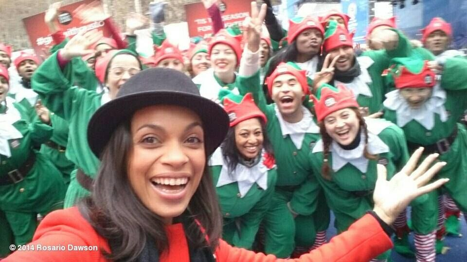 Rosario Dawson triftt in New York City auf diese Elfen und macht mit ihnen ein lustiges S(Elf)ie.