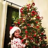 Töchterchen Anja Louise hilft ihrer Mama Alessandra Ambrosio bei dieser Aufgabe sehr gern und hat sichtlich Spaß dabei, dem Weihnachtsbaum den letzten Schliff zu verleihen.