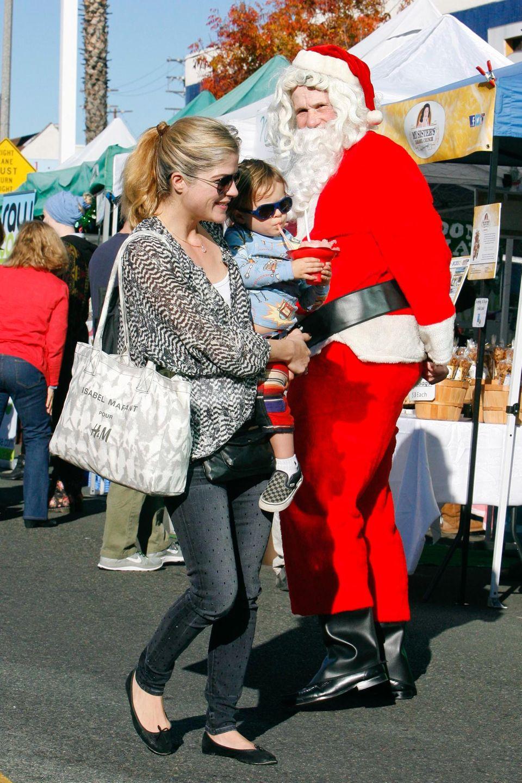 """Selma Blair und ihr Sohn Arthur schlendern über den """"Studio City Farmers Market"""". Dort reitet Arthur auf einem Pony, bekommt ein Abziehtattoo und unterhält sich mit dem Weihnachtsmann."""
