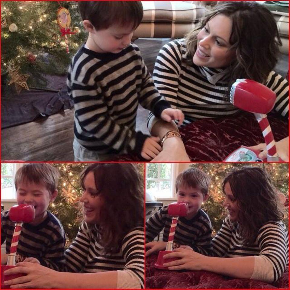 Sohn Milo hat einen besonderen Draht zu den Weihnachtselfen am Nordpol. Seine Mama Alyssa Milano unterstützt ihn dabei.