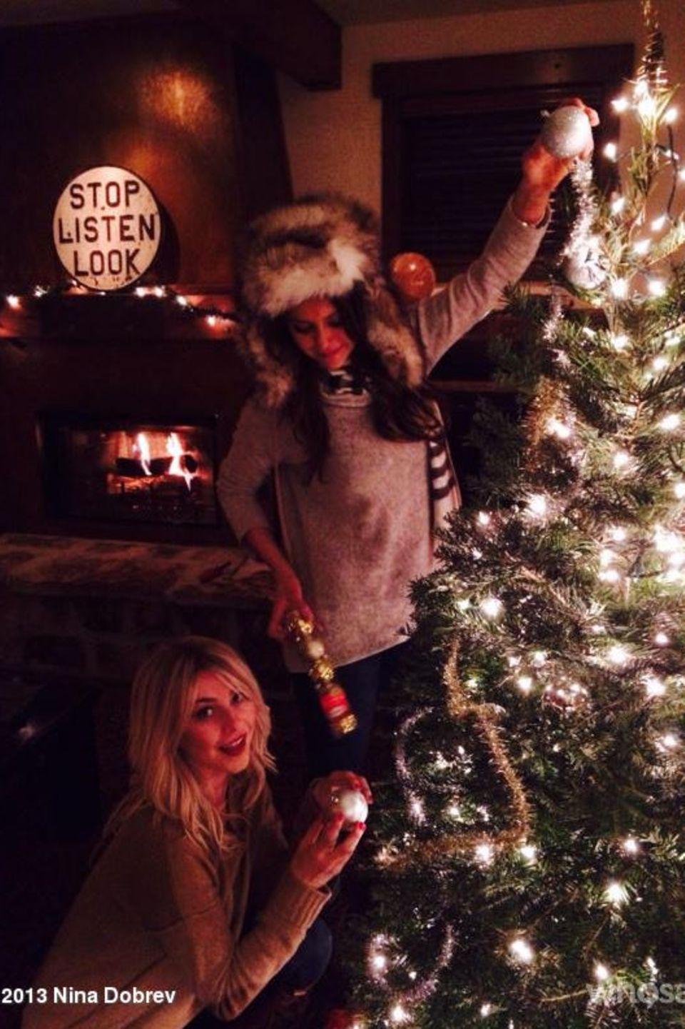Nina Dobrev und Julianne Hough machen sich ans Schmücken des Weihnachtsbaums.