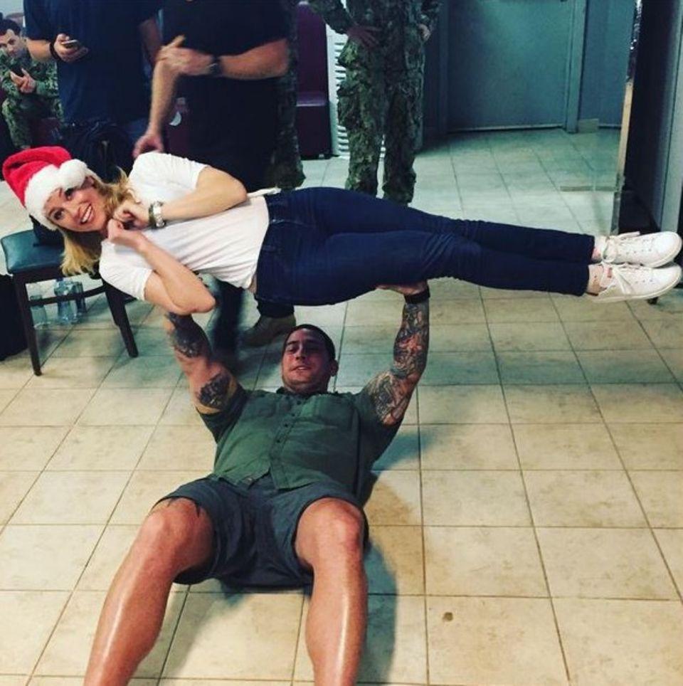 Elizabeth Banks sorgt bei der US-Army dafür, dass die Jungs auch immer schön fit bleiben und bringt zudem ein bisschen Weihnachtsstimmung in die Truppe.
