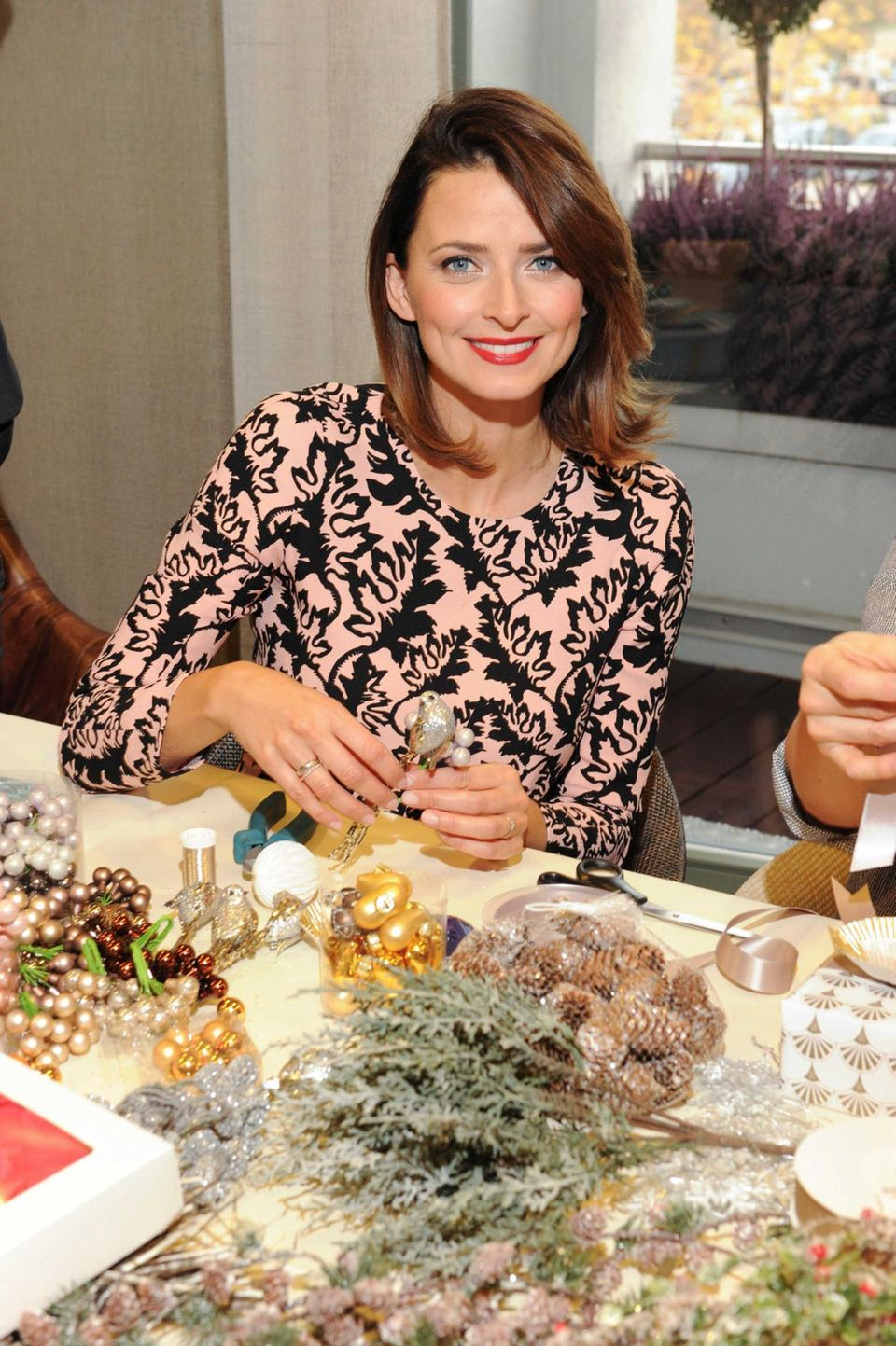 """Als Markenbotschafterin von """"Ingolstadt Village"""" besucht Model Eva Padberg ein Weihnachts-Event in dem beliebten Designer-Outlet und bastelt fleißig an der Weihnachtsdekoration."""
