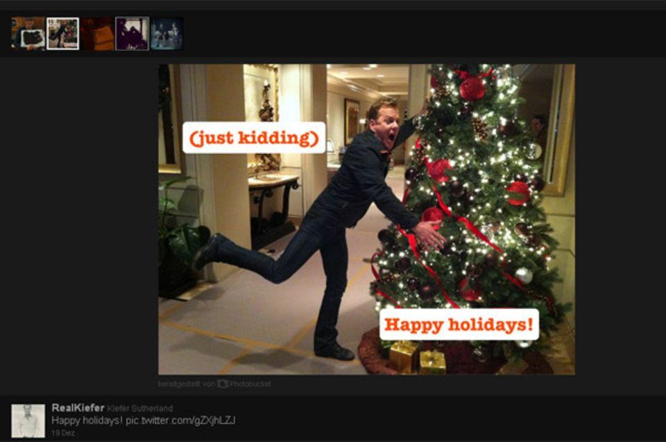 """Kiefer Sutherland ist ein Scherzkekss und wünscht allen über Twitter """"Happy Holidays""""."""