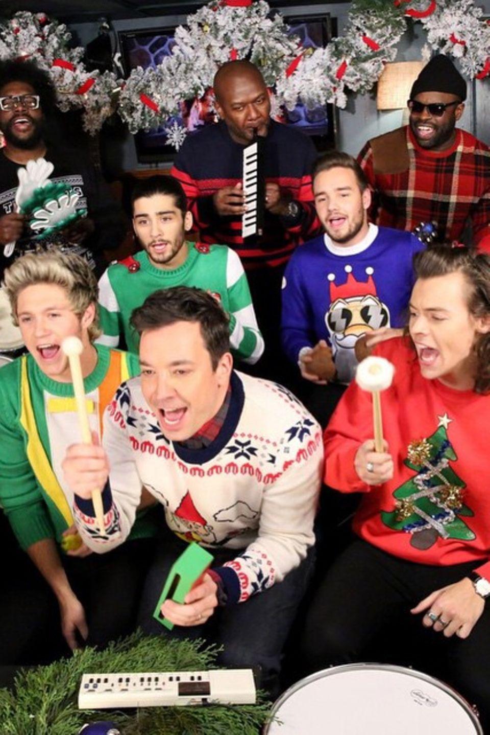 """Jimmy Fallon singt zusammen mit """"One Direction"""" und """"The Roots"""" Weihnachtslieder für die Zuschauer."""