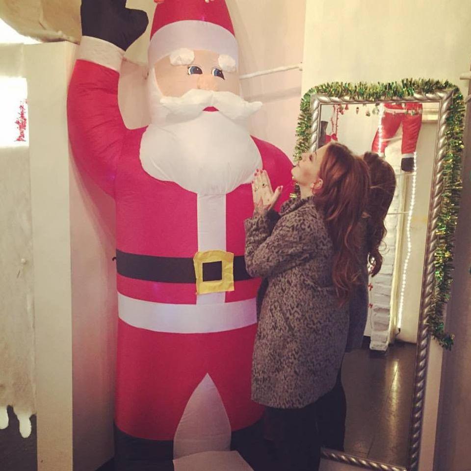 Charlotte Würdig fleht den Weihnachtsmann an. Um was sie ihn bittet, verrät sie jedoch nicht.
