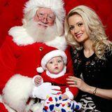 """Holly Madison feiert das erste Weihnachten von Töchterchen Rainbow Aurora in Las Vegas. Hier lassen beide sich mit dem Weihnachtsmann auf der """"Fashion Show"""" porträtieren."""