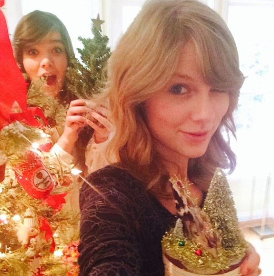 "Taylor Swift und Hailee Steinfeld wünschen per Instagram ""Merry Swiftmas and Hailee New Year""."
