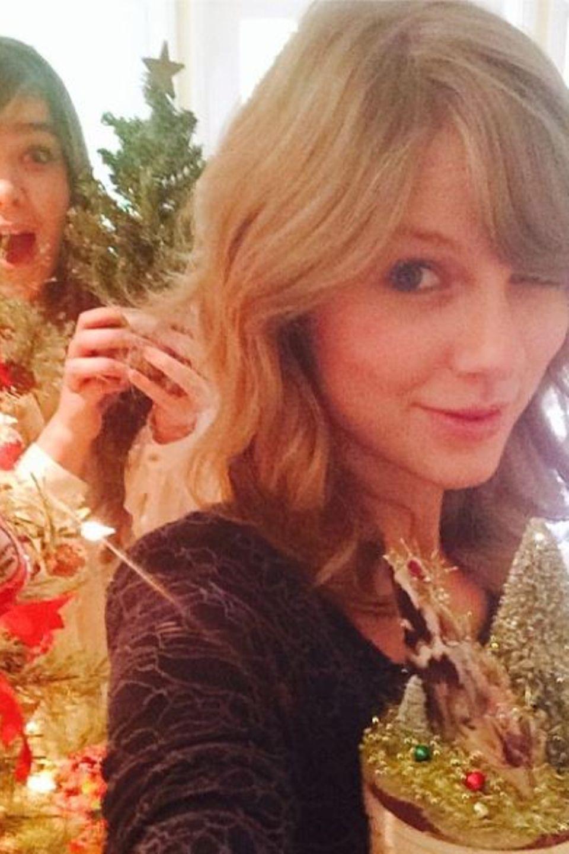 """Taylor Swift und Hailee Steinfeld wünschen per Instagram """"Merry Swiftmas and Hailee New Year""""."""