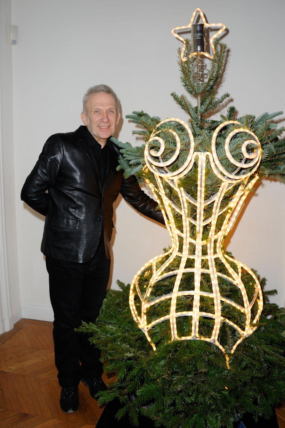 Jedes Jahr Anfang Dezember werden kreative Weihnachtsbaum-Entwürfe von verschiedenen Designer für einen guten Zweck versteigert. Jean Paul Gaultier steckte seinen Baum in ein leuchtendes Korsett.